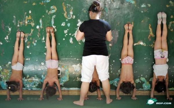 Тренировка юных гимнастов. Китай. 2011 год. Фото с dzh.mop.com
