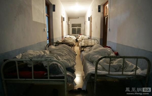 Во время свадебного обеда 55 человек получили сильное пищевое отравление и были доставлены в больницу. Места в палатах не хватило и многих разместили в коридоре. Уезд Наньчжан провинции Хубэй. 5 ноября 2011 год. Фото с news.ifeng.com