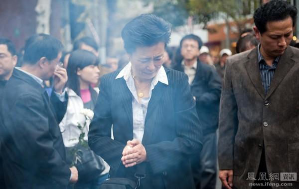 Годовщина со дня крупного пожара в многоэтажном доме, унёсшего жизни более 50 человек. Шанхай. 15 ноября 2011 год. Фото с news.ifeng.com