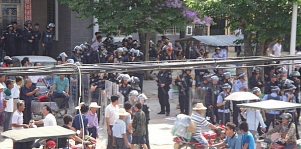 На улицах усилены полицейские патрули. Посёлок Фоло провинции Хайнань. Апрель 2012 год. Фото с epochtimes.com