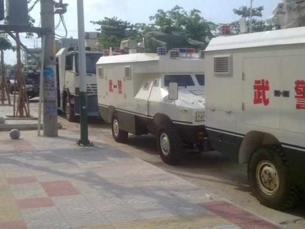 Бронированные машины военизированной полиции. Посёлок Фоло провинции Хайнань. Апрель 2012 год. Фото с epochtimes.com