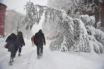 Сильные снегопады парализовали движение на юге Китая. Зима 2008 год. Фото: AFP