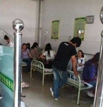 В университете Линьи сотни студентов отравились продуктами или водой. Май 2012 год. Фото с epochtimes.com