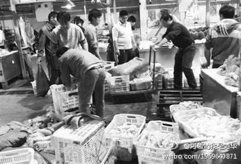 На оптовом рынке в Пекине реализовывают свиные ноги, вымоченные химикатах. Фото с epochtimes.com