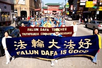 Шествие сторонников Фалуньгун в китайском квартале города Чикаго (США). 22 октября 2011 год. Фото: The Epoch Times