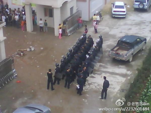 Крестьяне требуют, чтобы власти вернули им землю. Провинция Гуандун. Март 2012 год. Фото с epochtimes.com
