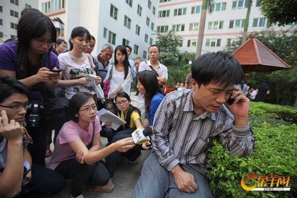 Корреспонденты пытаются получить новую информацию у отца сбитой девочки. Провинция Гуандун. Октябрь 2011 год. Фото с aboluowang.com