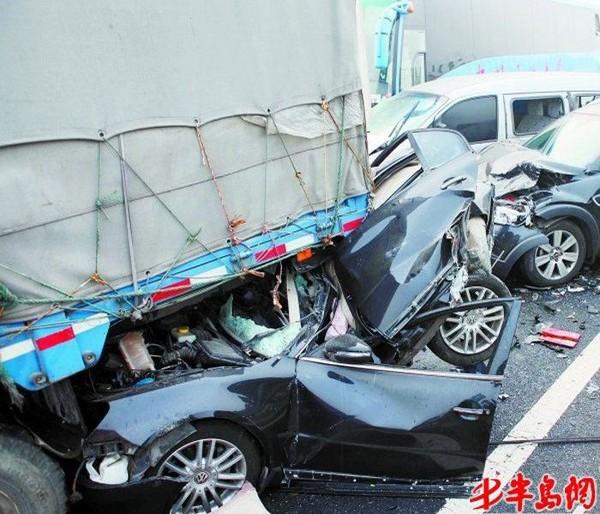 Аварии на трассе Жуну. Провинция Шаньдун. 17 января 2012 год. Фото: «Bandao Dushibao»
