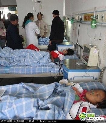 Девочки, пострадавшие в результате попытки самоубийства. Провинция Цзянси. Сентябрь 2011 год. Фото: epochtimes.com