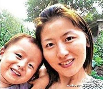 Двухлетняя Ван Юэ с мамой. Фото с epochtimes.com