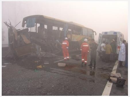Из-за тумана столкнулись 40 автомобилей. Провинция Хунань. Ноябрь 2011 год. Фото с epochtimes.com