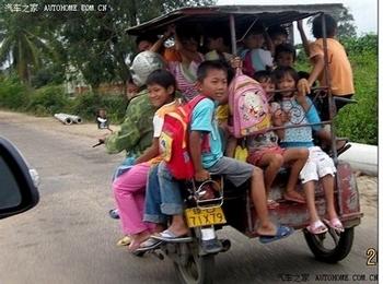 Для перевозки детей во многих районах Китая используют переоборудованные или списанные транспортные средства. Фото с epochtimes.com