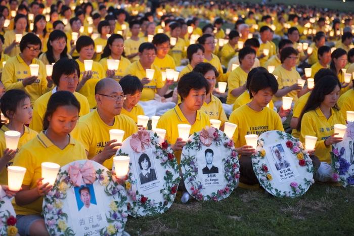 Последователи Фалуньгун провидят акцию памяти своих единомышленников, погибших от репрессий в Китае. Вашингтон, США. Июль 2012 года. Фото: The Epoch Times