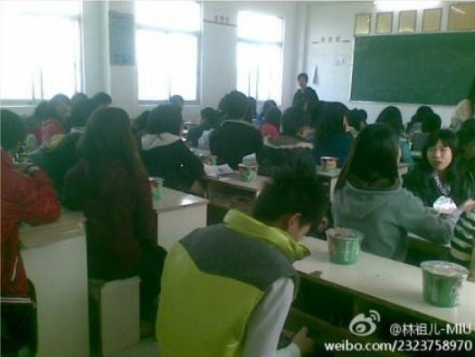 Школьникам администрация купила сладости и не выпускала их из классов до самого вечера, опасаясь что они примкнут к протестующим. Однако многие не притронулись к сладостям, поддерживая таким образом своих односельчан. Посёлок Хаймэнь провинции Гуандун. Декабрь 2011 год. Фото с epochtimes.com