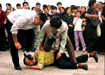 Китайские полицейские арестовывают последователя Фалуньгун. Пекин. Фото: minghui.org