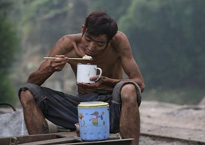 Большинство жителей Китая остаются бедными, в то время, как плоды китайского «экономического чуда» пожинает партийная элита. Фото: China Photos/Getty Images