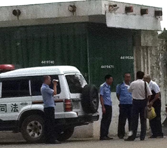 Полицейские так и не объяснили отцу Чжу Юйбьяо и адвокату, на каком основании они отправили человека в класс промывания мозгов. Сверху над полицейскими указаны их личные служебные номера. Фото с minghui.or