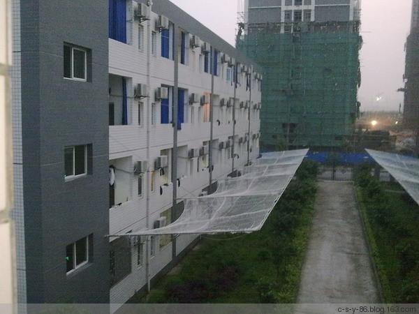 После серии самоубийств рабочих, администрация завода Foxconn установила на зданиях общежитий «сетки против прыгающих». Фото: c-s-y-86