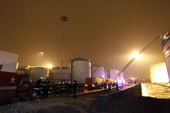 Во время пожара на нефтяном терминале. Город Далянь провинции Ляонин. Ноябрь 2011 год. Фото: AFP