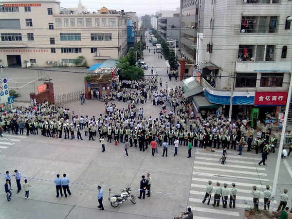 Забастовка рабочих. Город Шэньчжэнь провинции Гуандун. Ноябрь 2011 год. Фото с epochtimes.com