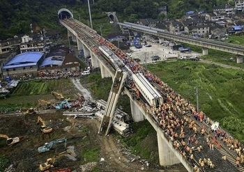 Столкновение поездов высокоскоростной линии. Город Вэньчжоу провинции Чжэцзян. 2011 год. Фото с epochtimes.com