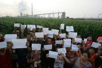 Жители уезда Фэнсян провинции Шэньси держат результаты медицинского обследования, подтверждающие повышенное содержание свинца в их организме. Фото: vivijk.com