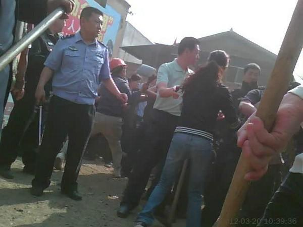 Столкновение крестьян с полицией. Деревня Шуйтан провинции Сычуань. Март 2012 год. Фото с epochtimes.com