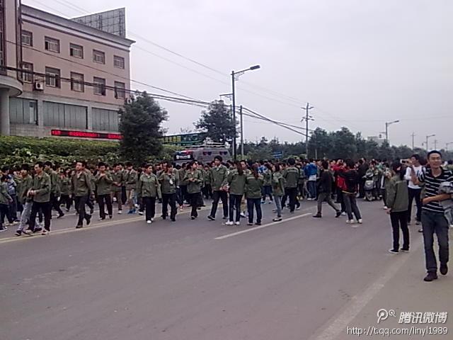Забастовка рабочих. Город Чэнду, провинция Сычуань. Октябрь 2012 год. Фото с epochtimes.com