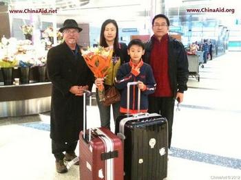 Жена и сын китайского диссидента Го Цюаня успешно выехали из Китая и прибыли в США. Январь 2012 год. Лос-Анджелес. Фото: China Aid Association