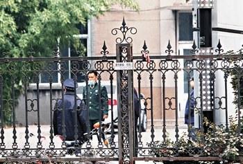 Охрана инфекционного отделения госпиталя № 252, где предположительно под карантином с неизвестной болезнью находятся около 300 солдат. Фото с molihua.org