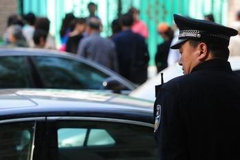 В Пекине повышен уровень контроля безопасности. Фото: MARK RALSTON/AFP/Getty Images