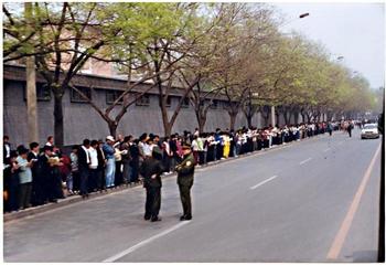 Мирная апелляция более 10 тысяч сторонников Фалуньгун в защиту своих прав. Пекин. 25 апреля 1999 год. Фото: minghui.org