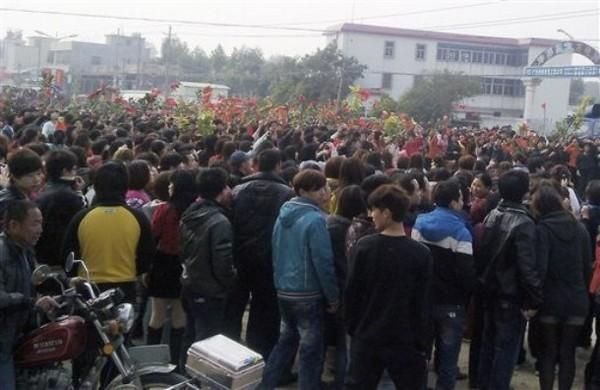 Во время протестов против строительства угольной электростанции. Посёлок Хаймэнь провинция Гуандун. Декабрь 2011 год. Фото: AP
