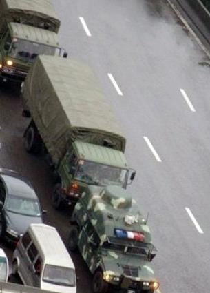 Кортеж военных автомобиле на дороге недалеко от города Чэнду провинции Сычуань. Январь 2012 год. Фото с weibo.com