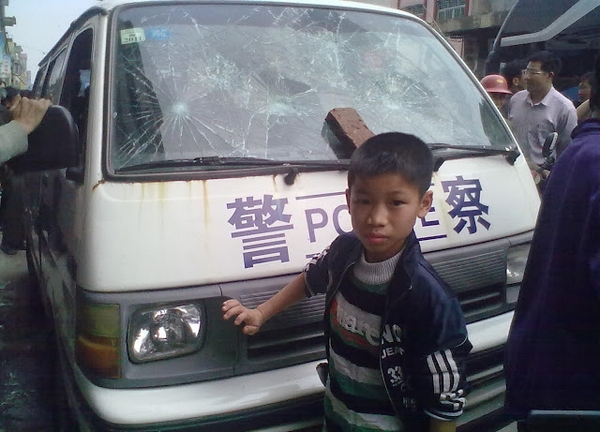 Действия полиции вызвали народный протест. Провинция Гуандун. Март 2012 год. Фото с epochtimes.com
