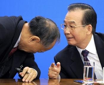 На пресс-конференции с участием иностранных журналистов человек Цзян Цзэминя, председатель Комитета по внешним делам ВСНП Ли Чжаосин (слева) несколько раз пытался помешать Вэнь Цзябао (справа) продолжать отвечать на вопросы и намеревался завершить конференцию. Однако премьер настойчиво ждал, пока ему зададут вопрос о Ван Лицзюне и только после своей критики в адрес Вана закончил пресс-конференцию, которая к тому времени уже длилась три часа. 15 марта 2012 год. Фото: AFP
