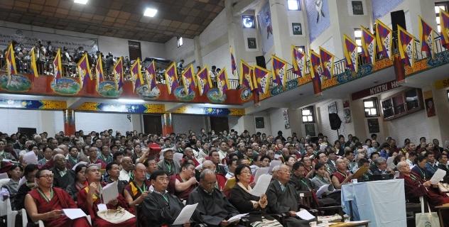 Сотни тибетцев в изгнании собрались для обсуждения ухудшающейся ситуации в Тибете. Фото: tibet.net