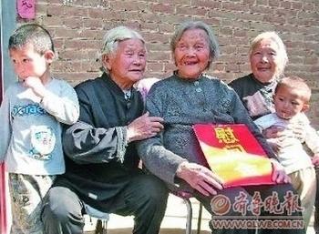 Ван Цзинчжи (в центре) вместе со своими двумя дочерьми и внуками. Фото с epochtimes.com