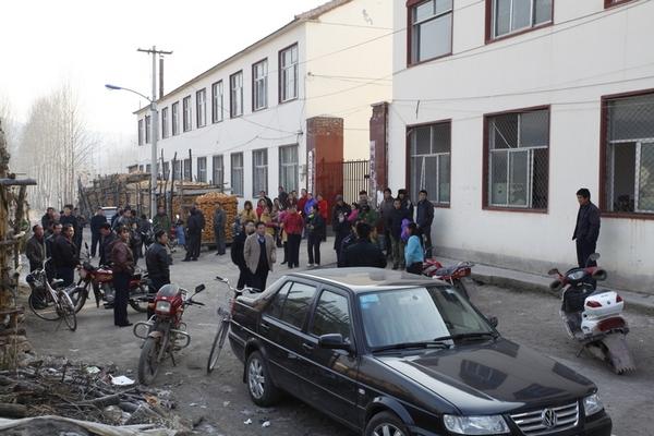 Сразу после взрыва в школу приехали родители, чтобы забрать своих детей. Провинция Шаньси. Ноябрь 2011 год. Фото с epochtimes.com