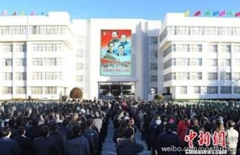 Церемония поднятия флага и водружения на стену здания администрации портретов вождей. Лхаса, Тибет. Январь 2012 год. Фото с epochtimes.com