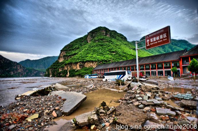 Наводнение в пригороде Пекина. Июль 2012 год. Фото: известный китайский блоггер «Дун Чжичен»