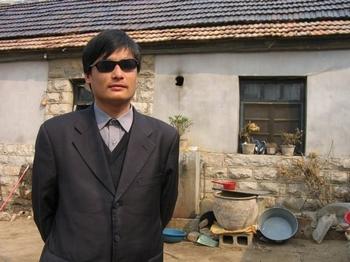 Слепой адвокат Чэнь Гуанчэн возле своего дома в деревне Дуншигу. Фото с epochtimes.com