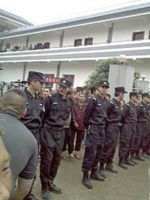 Полиция подавила протест крестьян. Деревня Ляньцзян провинции Сычуань. Апрель 2012 год. Фото с epochtimes.com