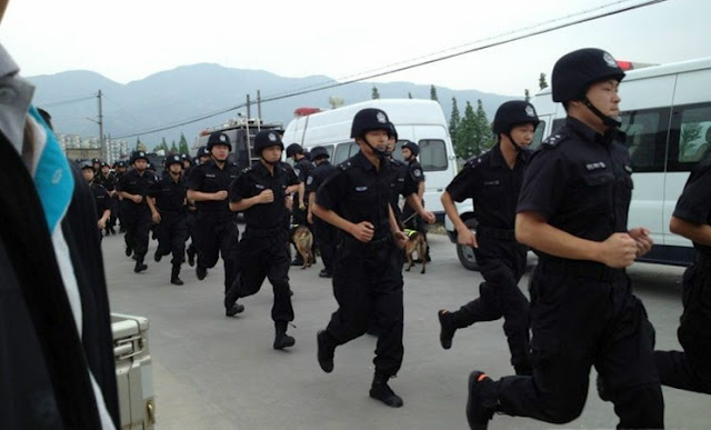 Во время протестов рабочих-мигрантов. Посёлок Сянцзян провинции Чжэцзян. Май 2012 год. Фото с epochtimes.com