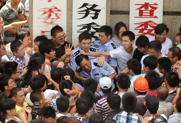 Протесты в городе Цидун провинции Цзянсу. Июль 2012 год. Фото: PETER PARKS/AFP/GettyImages