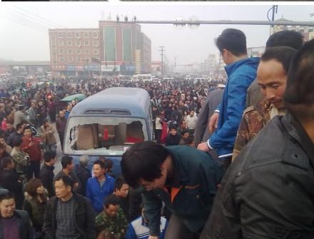 Недовольные попытками полиции скрыть следы преступления, люди разбили катафалк и полицейский автомобиль. Провинция Хэнань. Октябрь 2011 год. Фото с weibo
