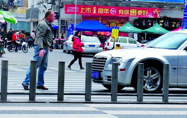 Этот финн, приехавший в Китай в качестве консультанта одной из компаний, больше не смог терпеть массовое пренебрежение правилами дорожного движения со стороны китайских водителей, которые не останавливаются на красный свет. О начал преграждать им путь, чтобы пешеходы могли спокойно перейти дорогу. Он стал делать так каждый день, когда идёт на работу и с работы. Город Фучжоу провинции Фуцзянь. 12 декабря 2011 год. Фото с epochtimes.com