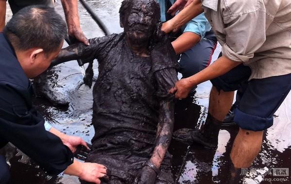 Пожилой мужчина, будучи в нетрезвом состоянии, провалился в канаву. Город Чунцин. 4 декабря 2011 год. Фото с news.ifeng.com