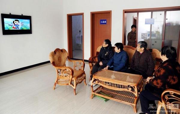 Это общественный туалет. Он расположен в городе Мааньшань провинции Аньхой, и занимает площадь 120 кв.м. Он был построен в этом году, на его строительство местные власти потратили 700 тысяч юаней ($107 тыс.). Кроме отдельных помещений для мужчин и женщин, там также есть отдельные помещения для пожилых и инвалидов. Есть также комната для инструментов и комната администрации. 1 декабря 2011 года. Ли Юаньбо