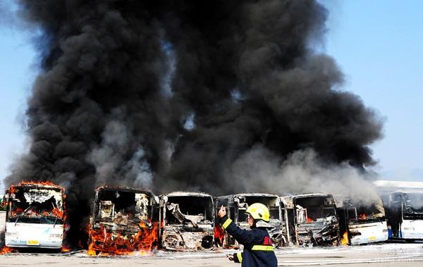 На автовокзале в городе Вэньчжоу провинции Чжэцзян по неизвестным причинам загорелись 8 автобусов. От них остались одни каркасы. 4 декабря 2011 год. Фото: Юй Кэньлин